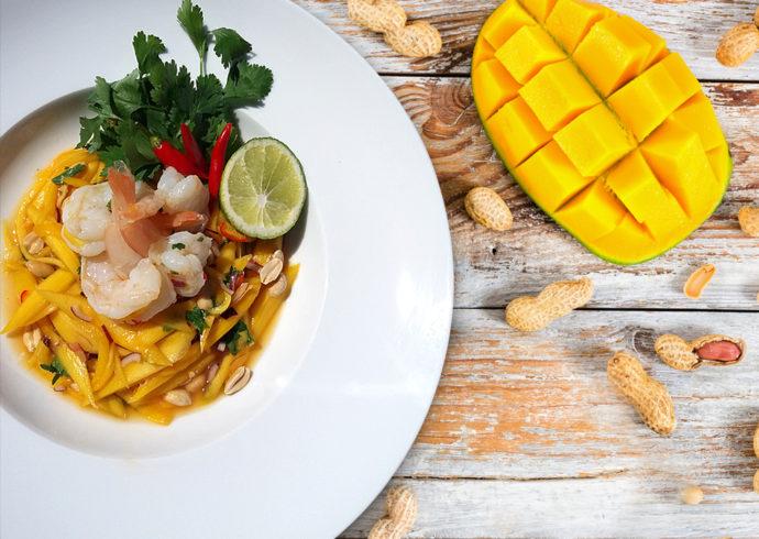 Sałatka z mango, krewetkami i chili